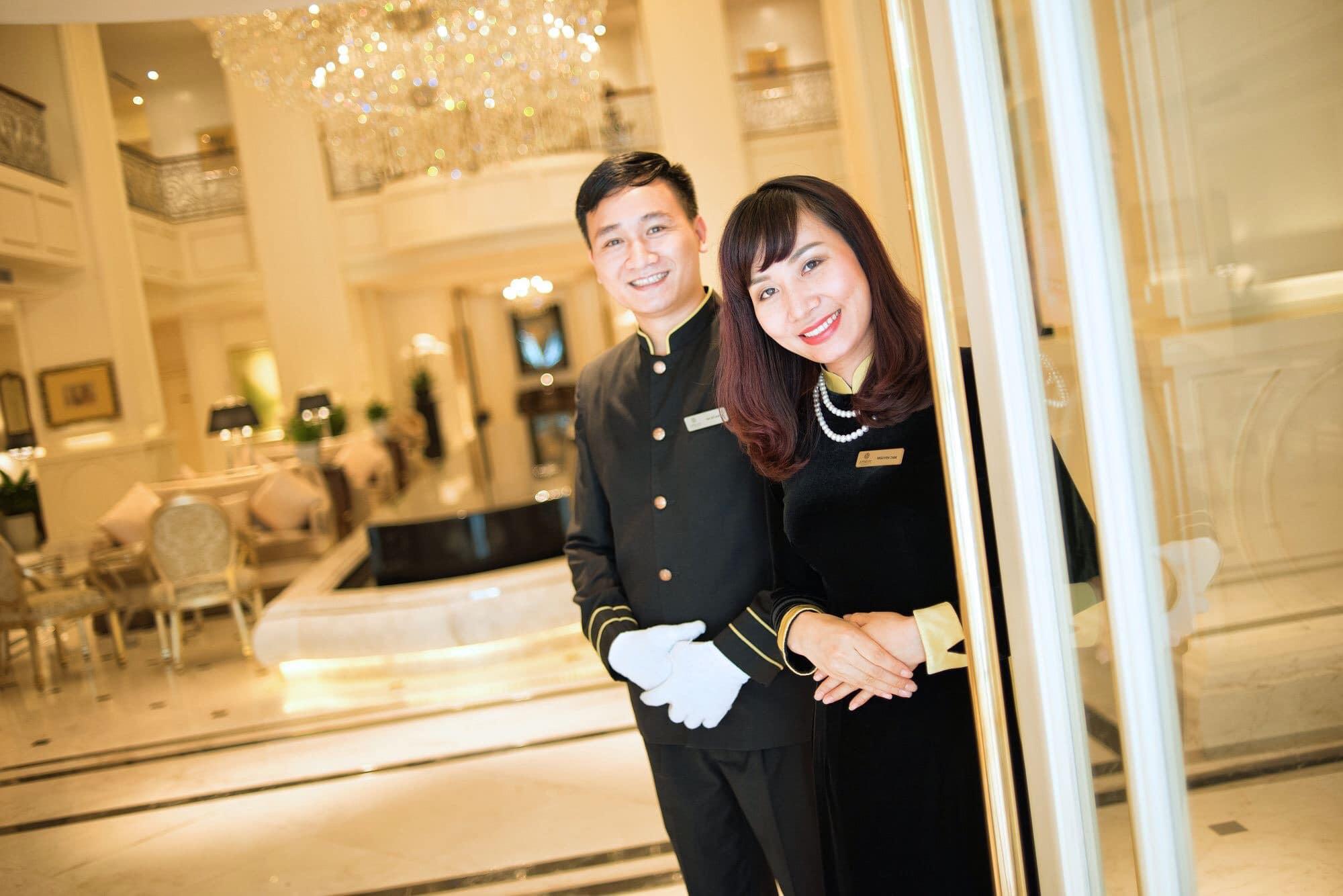 Đồng phục áo dài cho lễ tân màu đen chất liệu vải nhung của khách sạn Apricot Ha Noi