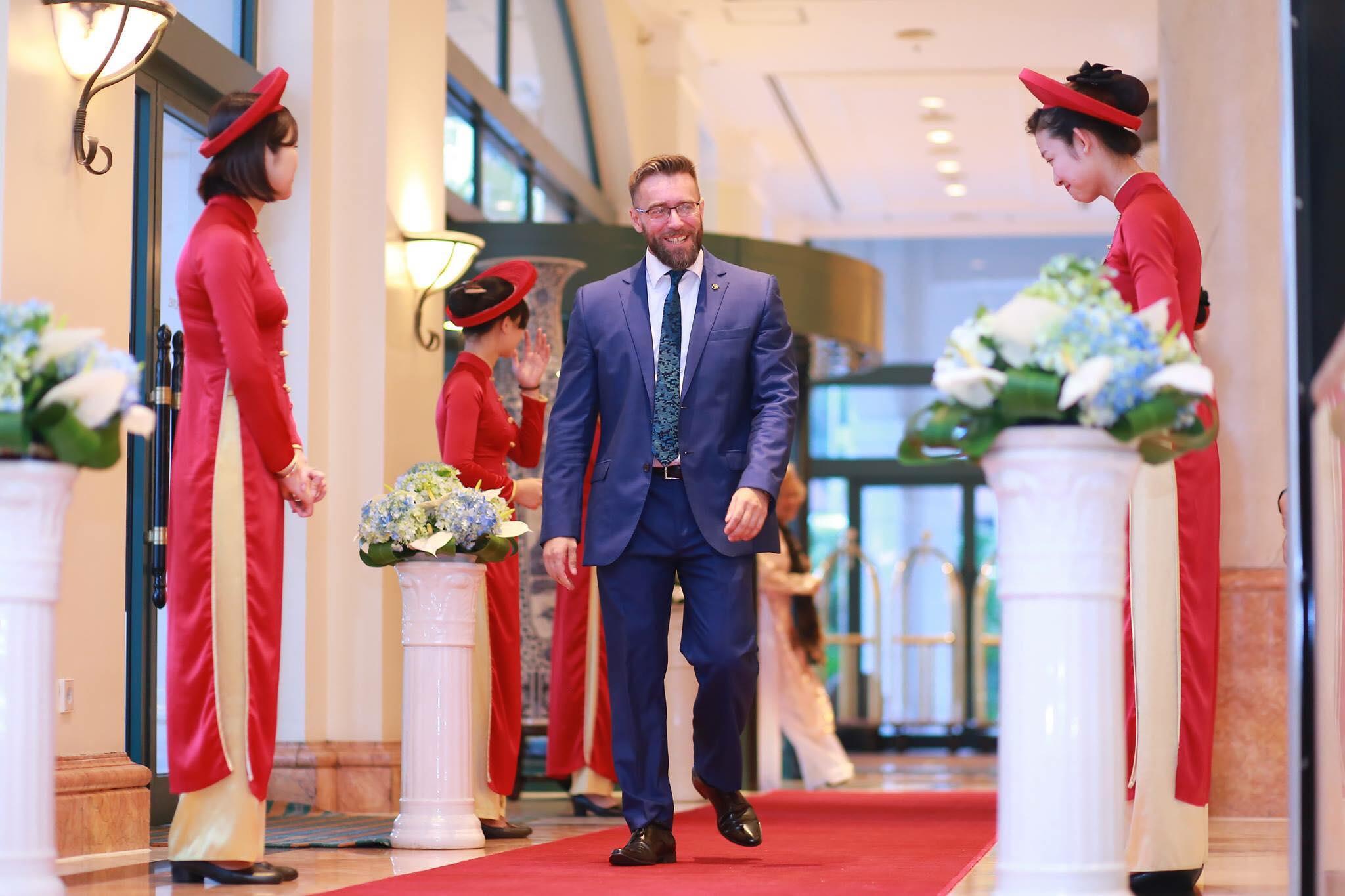 Đồng phục áo dài lễ tân màu đỏ kiểu cách tân cực nổi bật của khách sạn Daewoo Hà Nội