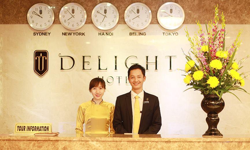 Đồng phục áo dài màu vàng của nhân viên lễ tân khách sạn Delight Ha Noi