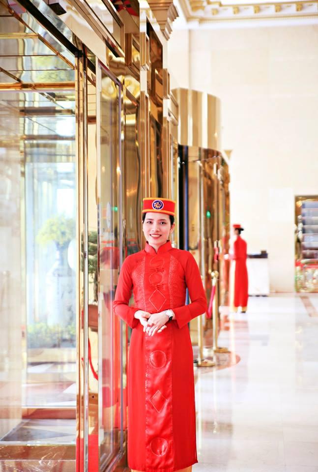 Đồng phục lễ tân kiểu áo dài màu đỏ của khách sạn Grand Plaza Ha Noi