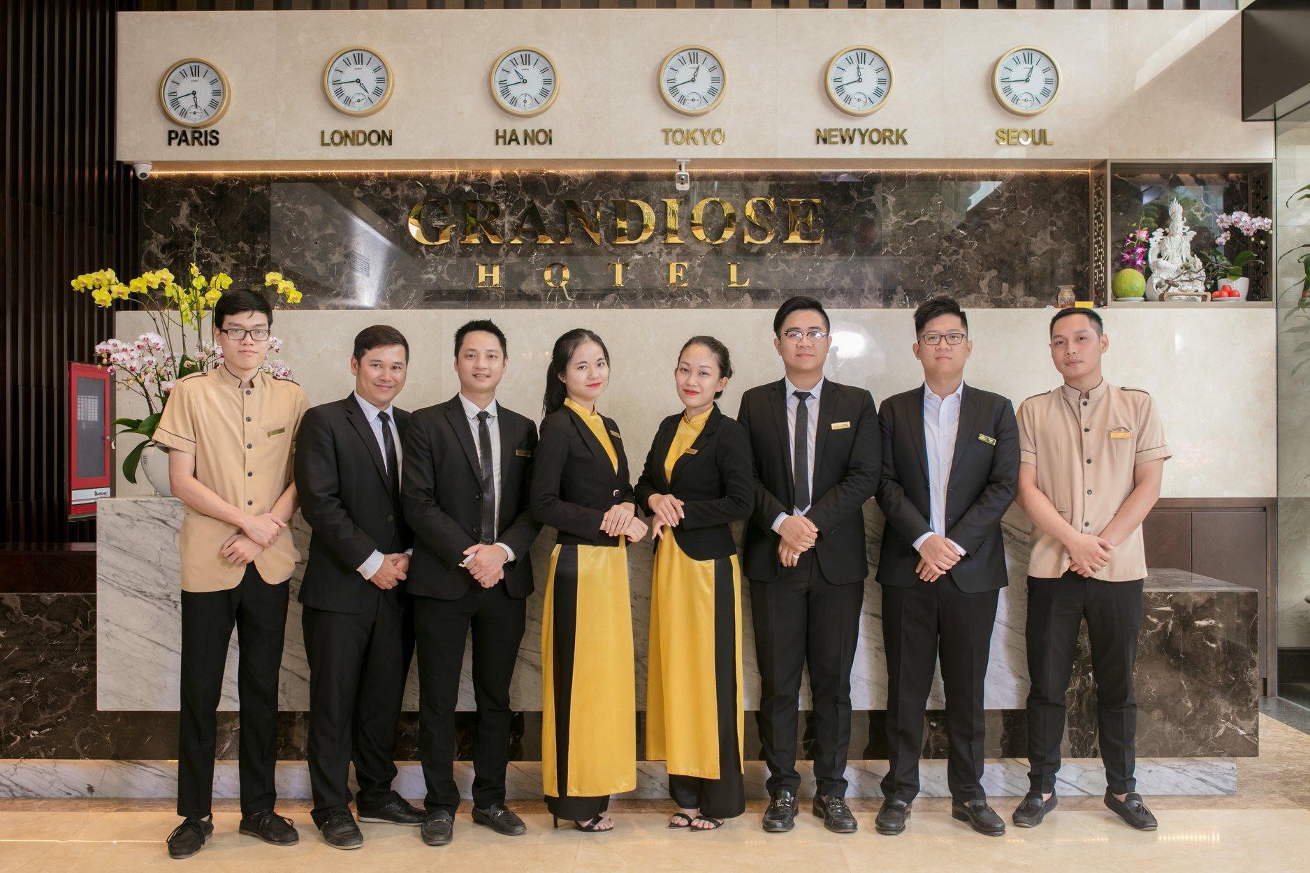 Đồng phục áo dài lễ tân màu vàng nổi bật của khách sạn Grandiose Ha Noi