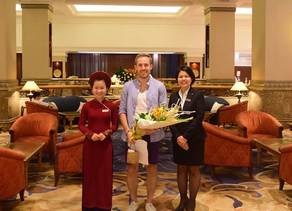 Đồng phục lễ tân áo dài màu đỏ đô chất liệu nhung của khách sạn Sheraton Ha Noi