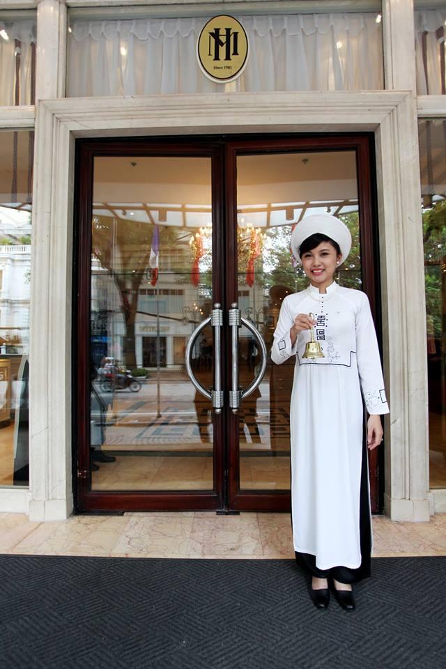 Đồng phục kiểu áo dài dành cho lễ tân của khách sạn Sofitel Metropole Ha Noi