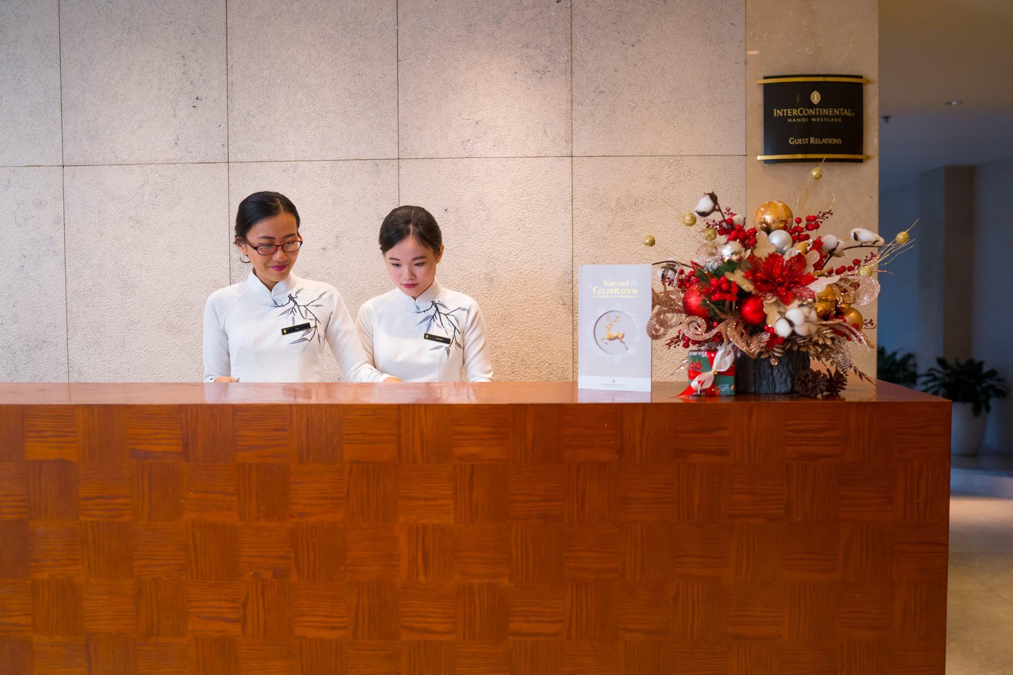 Đồng phục lễ tân của khách sạn Intercontinental Ha Noi
