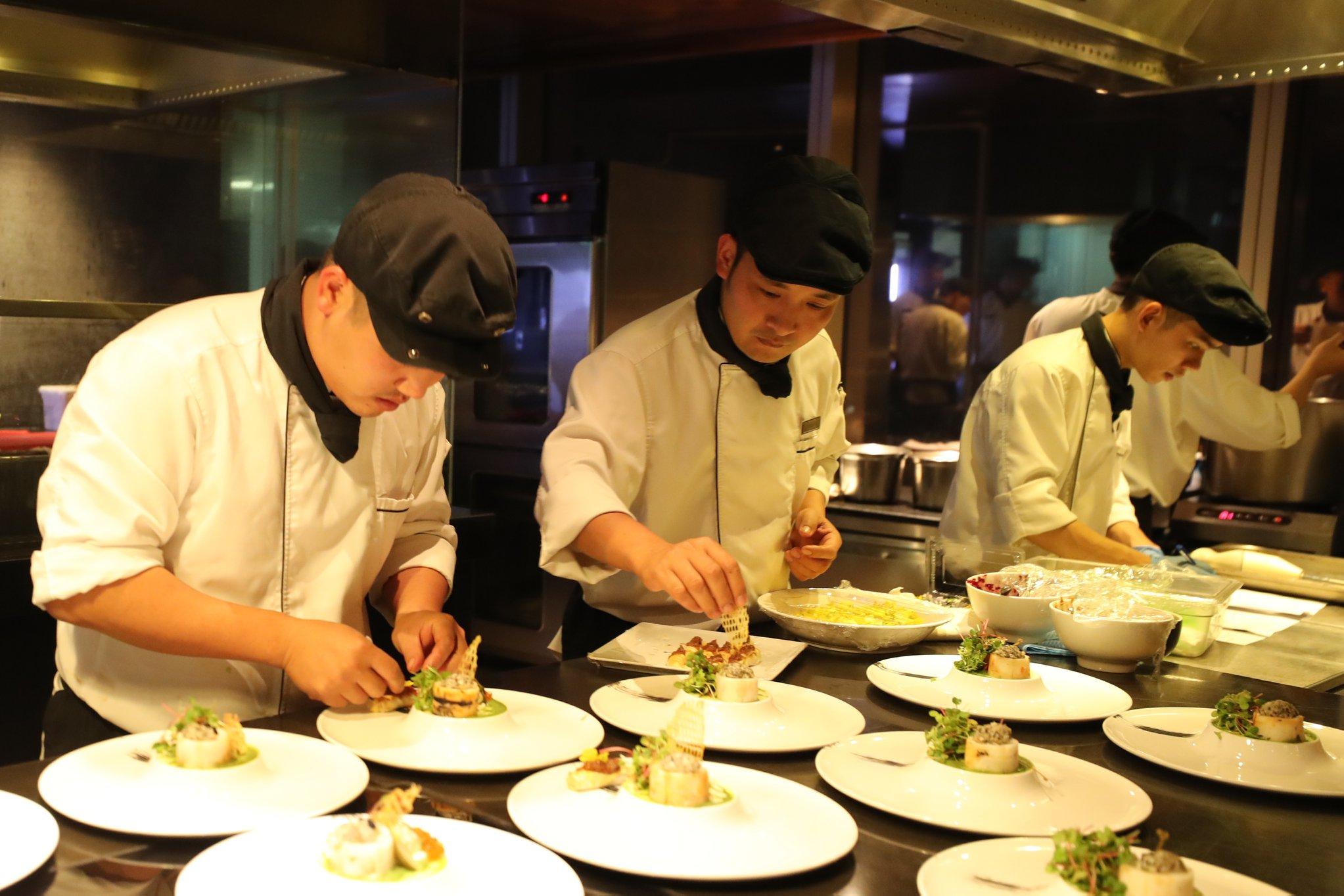 Đồng phục đầu bếp của khách sạn 5 sao Lotte Hà Nội