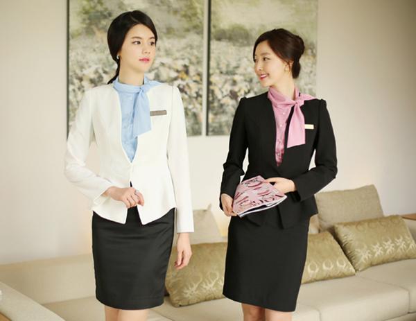 Đồng phục lễ tân khách sạn cần có sự thanh lịch và tinh tế