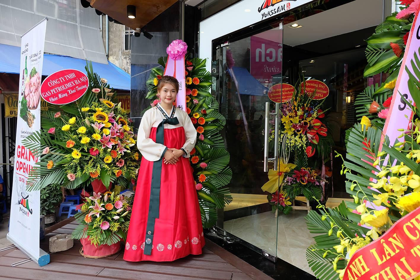 Đồng phục lễ tân nhà hàng Hàn Quốc màu đỏ sẽ rất nổi bật và ấn tượng