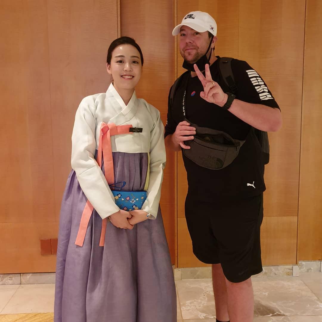Đồng phục nhà hàng Hanbok Hàn Quốc màu sắc nhã nhặn cũng rất