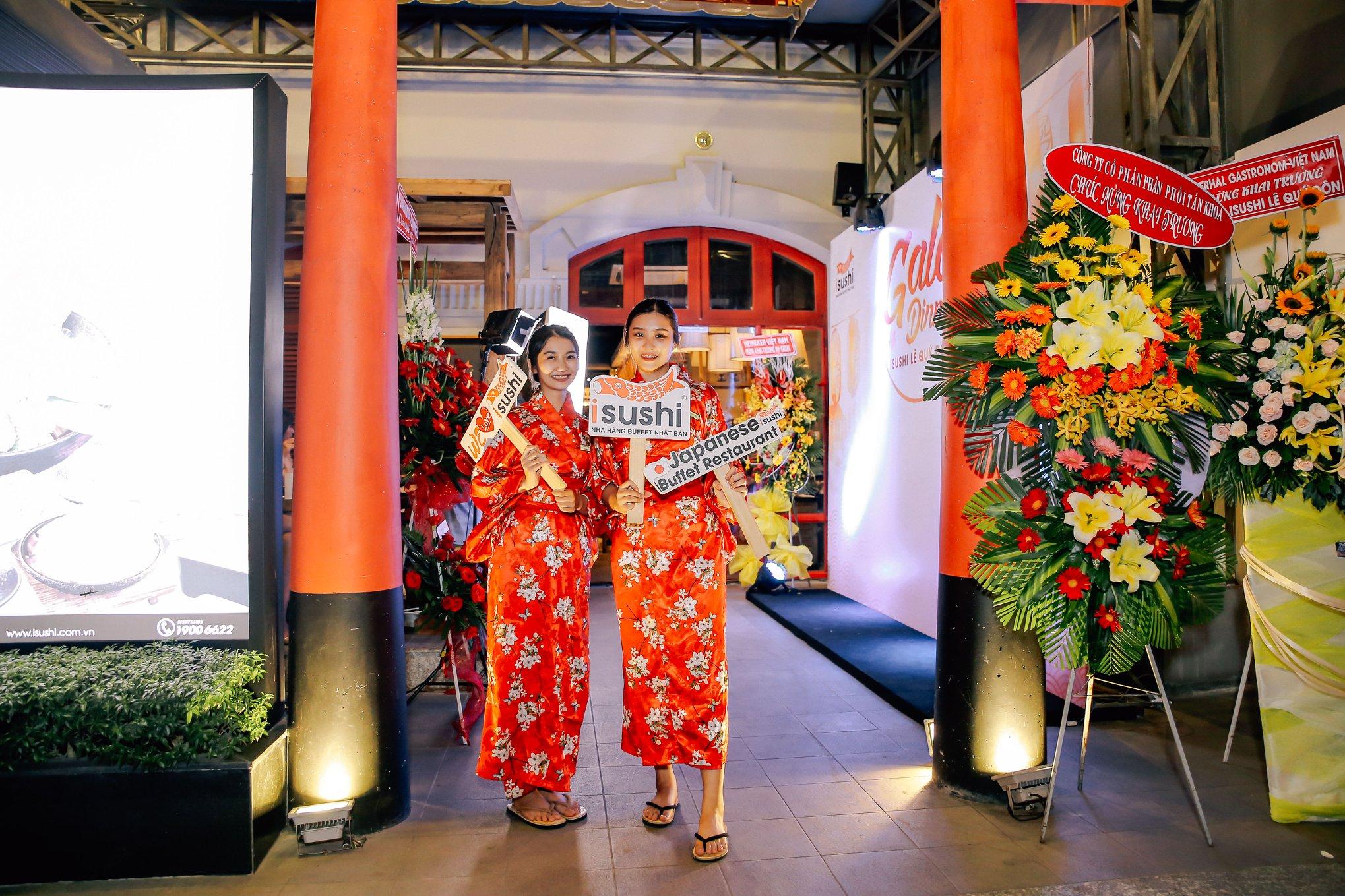 Một kiểu đồng phục lễ tân nhà hàng Nhật Bản màu đỏ cực nổi bật