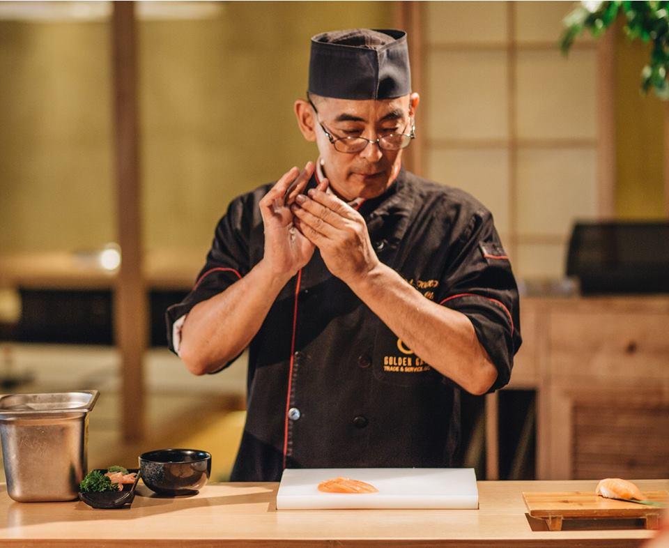 Đồng phục của đầu bếp tại nhà hàng Nhật Isushi