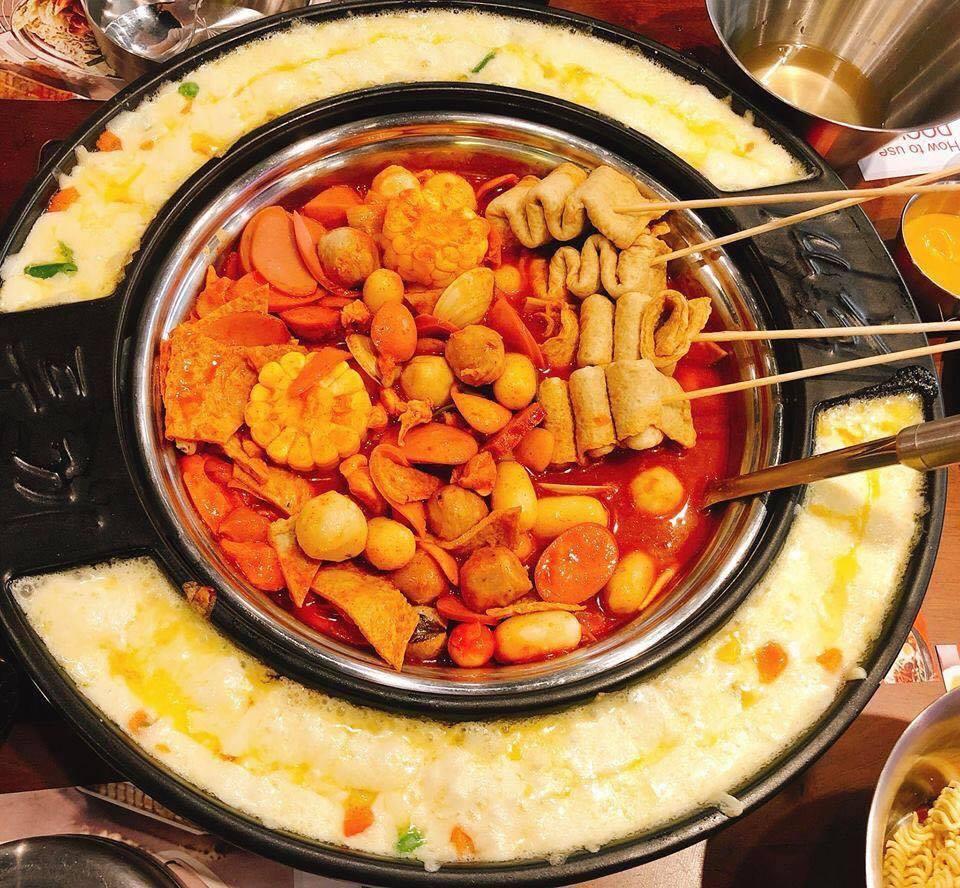 Lớp phô mai ăn kèm Tteokbookki siêu ngon, béo ngậy luôn nha!