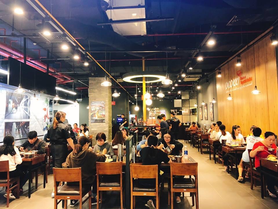 Không gian trong nhà hàng Dookki không quá rộng rãi, nhưng mọi thứ được sắp xếp rất khoa học nên không bị cảm giác chật chội